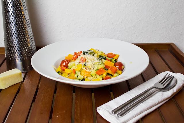 frische Nudeln mit Gemüse und Parmesan