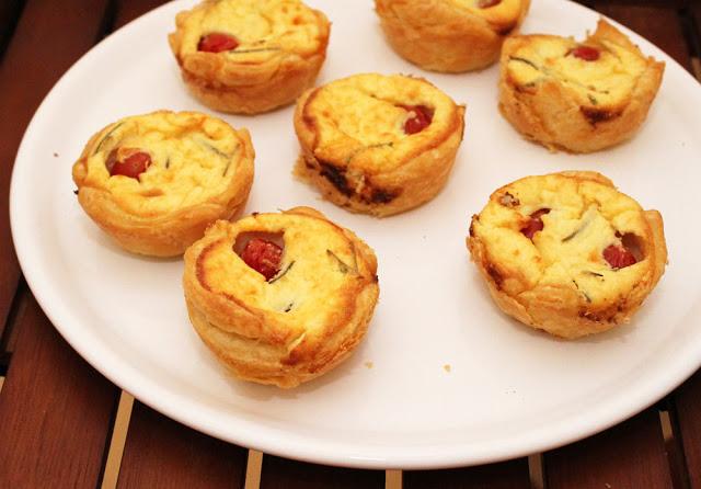 kleine Mini-Quiches mit Tomate und Feta