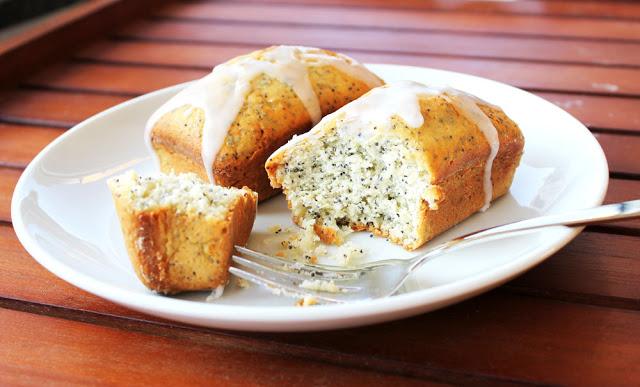 frisch gebackene Zitronen-Mohn-Küchlein auf einem Kuchenteller