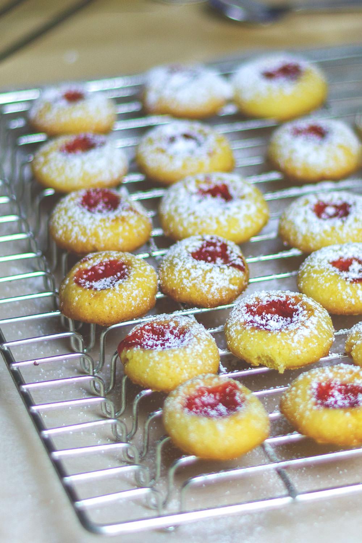 Engelsaugen / Thumbprint Cookies / Husarenkrapfen | Rezept für leckere Weihnachtsplätzchen | moeyskitchen.com