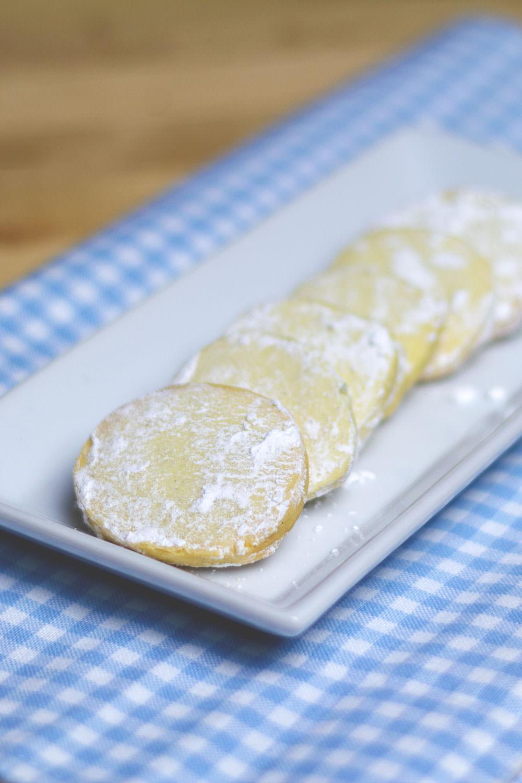Vanilla Meltaways | zart-mürbe Vanilleplätzchen | köstliche Vanillekekse für die Weihnachtszeit | moeyskitchen.com #weihnachtsplätzchen #weihnachtskekse #cookies #backen #foodblog