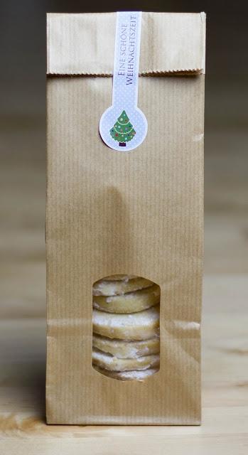 Vanille-Plätzchen in Geschenktüte zu Weihnachten