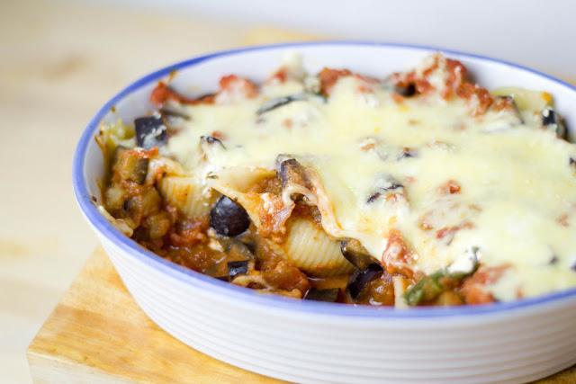 köstlicher Auflauf mit Pasta, Auberginen und Tomaten