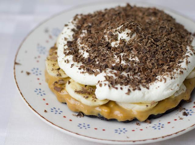 cremige Banoffee-Pies mit Oreos, Karamell, Bananen, Sahne und Schokolade