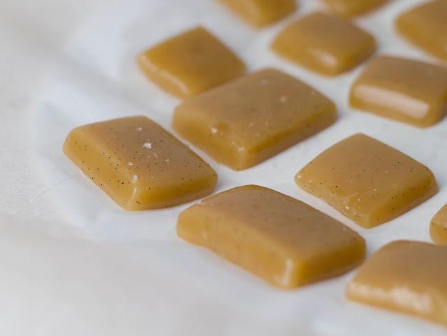 selbst gemachte Karamellbonbons mit Sahne, Vanille und Meersalz