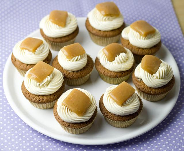 frisch gemachte Schokoladen-Cupcakes mit Buttercreme und Karamellen