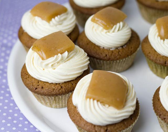 köstliche schokoladige Cupcakes mit Buttercreme-Frosting und Karamellbonbons