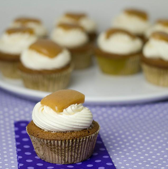 frisch gebackene Schokoladen-Cupcakes mit Buttercreme und Karamellbonbons