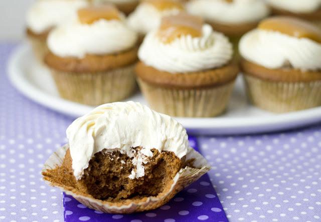 Schokoladencupcake mit saftiger Buttercreme und selbst gemachten Sahnekaramellen