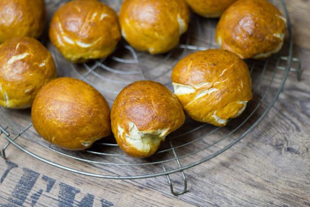 frisch gebackene Laugenbrötchen