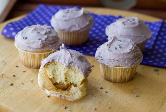 frisch gebackene Cupcakes mit Lavendel