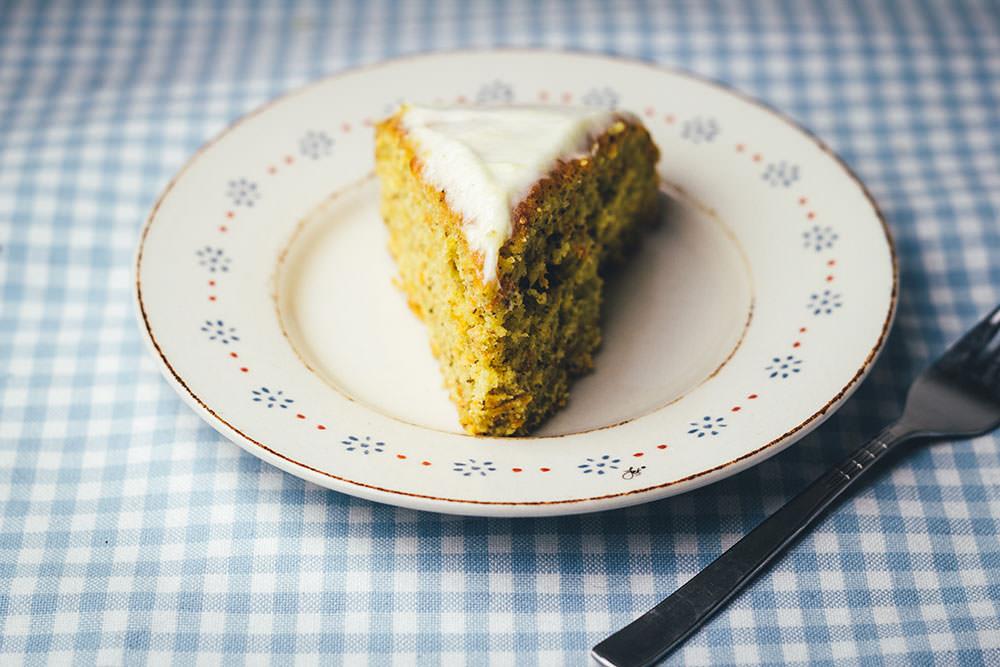 Rezept für saftigen Möhrenkuchen mit Frischkäse-Frosting | leckerer Carrot Cake für Ostern und den Frühling | moeyskitchen.com #moehrenkuchen #carrotcake #ostern #frühling #kuchen #backen #rezepte #foodblogger