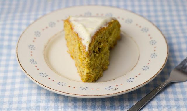frisch gebackener Möhrenkuchen mit Frischkäse-Frosting - schmeckt nicht nur zu Ostern