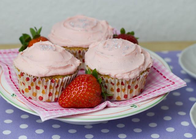 mädchenhafte Cupcakes mit Rhabarber und frischen Erdbeeren