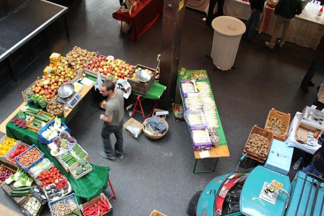 Obst- und Gemüsestand in der MarktZeit in der Fabrik in Hamburg-Ottensen