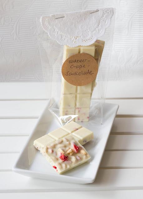 Erdbeer-Crispie-Schokolade: weiße Schokolade mit Erdbeeren und Crispie-Stückchen