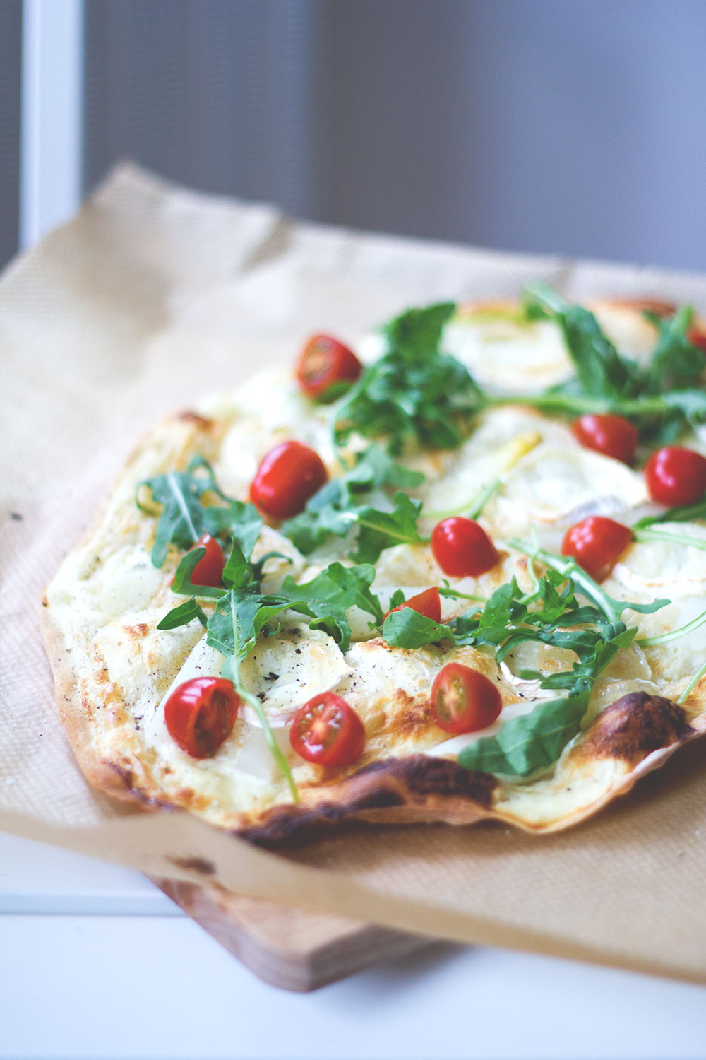 flammkuchen mit wei em spargel ziegenk se tomaten und rucola moey 39 s kitchen foodblog. Black Bedroom Furniture Sets. Home Design Ideas