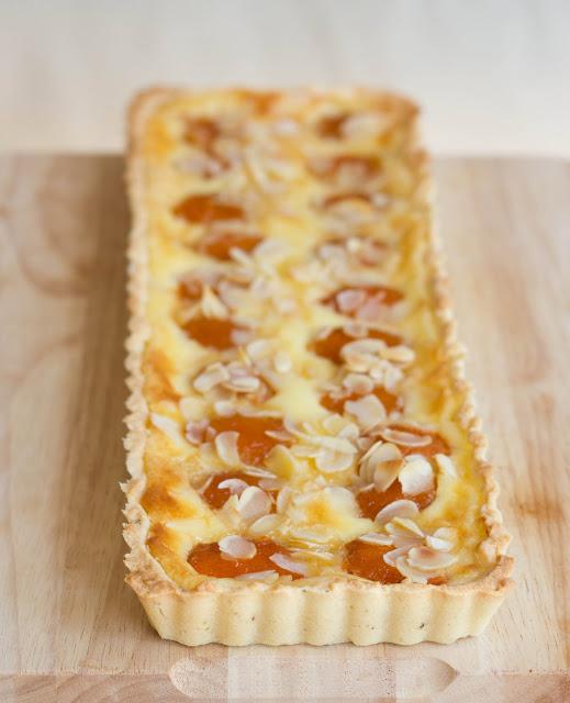 Aprikosen-Tarte mit Mandelblättchen und Knusperboden