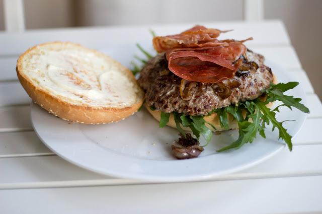 frisch gebackenes Burger Brötchen, üppig belegt als Deluxe-Hamburger