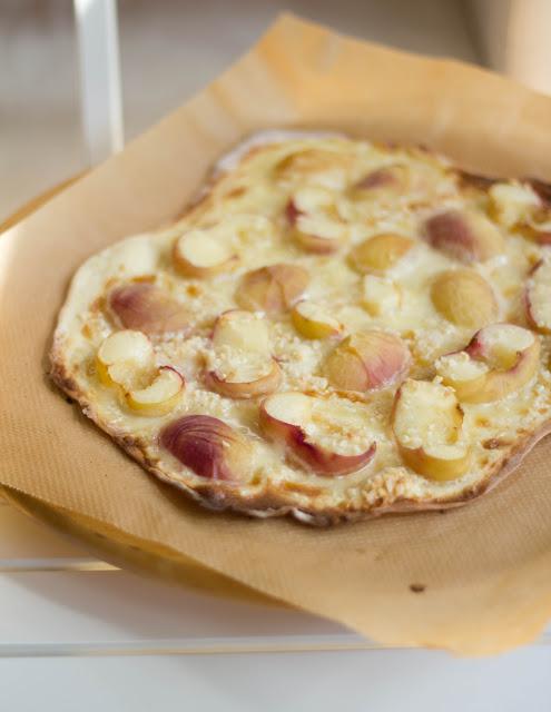 warmer, weißer Pfirsich auf frisch gebackenem, süßem Flammkuchen