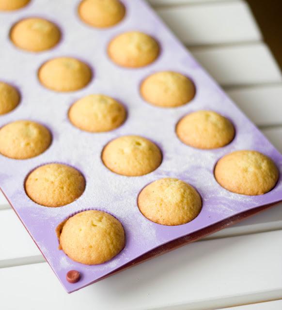 frisch gebackene Minigugl in der Silikonform