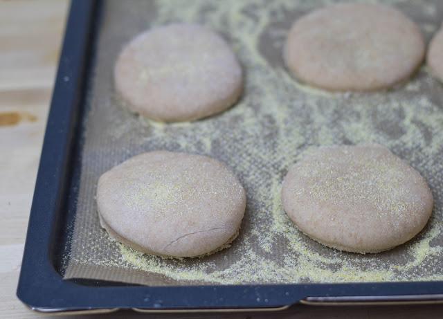 der fertig ausgestochene Teig für die English Muffins kommt gleich in den Ofen