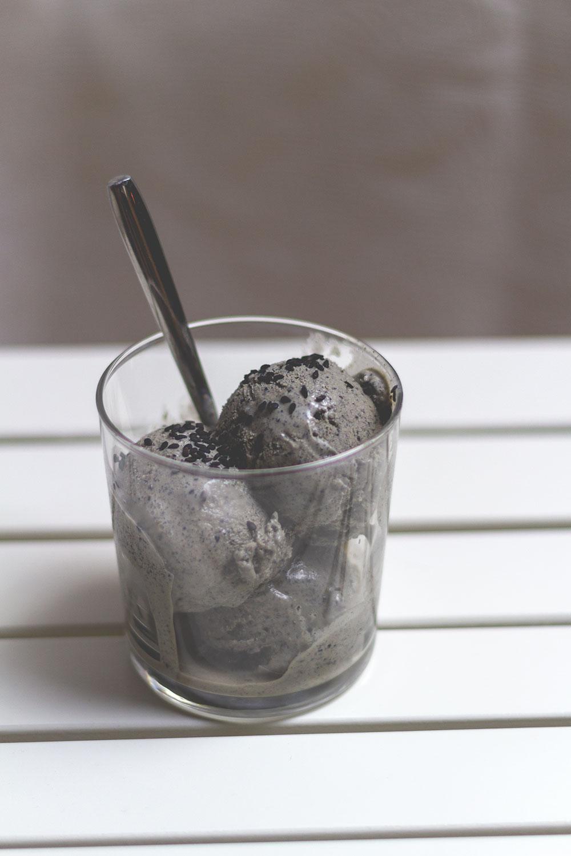 Rezept für schwarzes Sesam-Eis | moeyskitchen.com
