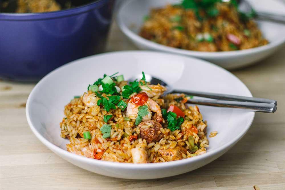 Jambalaya ist ein typisches Gericht aus der kreolischen und Cajun-Küche aus den Südstaaten der USA. Man kennt es vor allem in Louisiana. Dabei handelt es sich um ein Reisgericht mit Gemüse, Huhn, Garnelen und Wurst. Hier in einer Variante als einfaches One Pot Rezept und inspiriert von der Serie Treme.   moeyskitchen.com