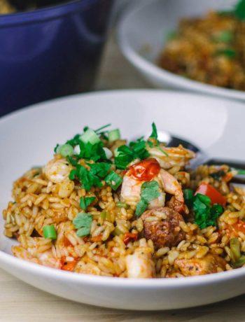 Jambalaya ist ein typisches Gericht aus der kreolischen und Cajun-Küche aus den Südstaaten der USA. Man kennt es vor allem in Louisiana. Dabei handelt es sich um ein Reisgericht mit Gemüse, Huhn, Garnelen und Wurst. Hier in einer Variante als einfaches One Pot Rezept und inspiriert von der Serie Treme. | moeyskitchen.com