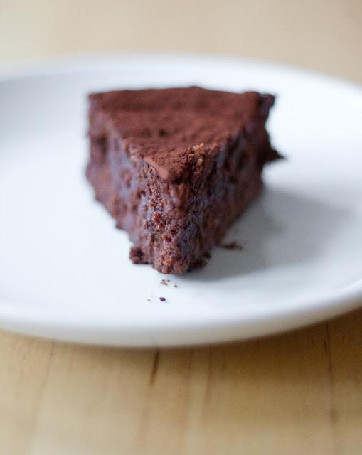 ein Stück frischer saftiger Schokoladenkuchen mit Maronen