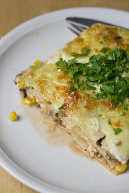 frisch gebackene, mexikanische Lasagne mit Mais und Kidneybohnen