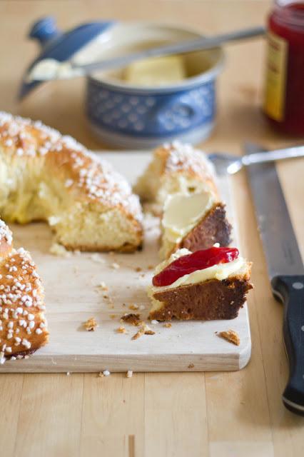 frische Neujahrsbrezel, mit Butter und Marmelade serviert