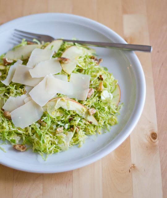 Rezept für Rosenkohlsalat mit Apfel, Walnüssen und Pecorino