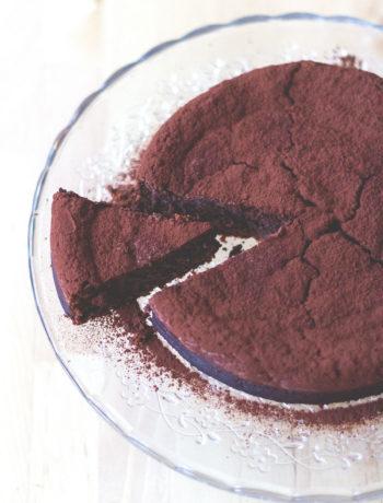 Rezept für herb-saftigen und extra schokoladigen Schokoladen-Maronen-Kuchen | Maronenkuchen von moeyskitchen.com #schokoladenkuchen #backen #kuchen #foodblogger #maronenkuchen #rezepte #schokokuchen #herbst #herbstrezepte #kuchenbacken