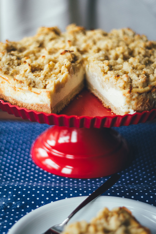 Rezept für Vanille-Cheesecake mit Apfelstreuseln | typisch amerikanischer Käsekuchen mit saftigen Mürbeteig-Streuseln mit geriebenen Äpfeln | moeyskitchen.com #cheesecake #käsekuchen #vanillecheesecake #mürbeteig #streusel #äpfel #apfelkuchen #backen #rezepte #kuchen #kuchenbacken #herbstrezept #foodblogger #rezepte