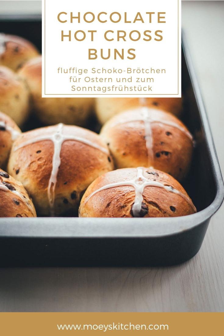 Rezept für Chocolate Hot Cross Buns | fluffige Schoko-Brötchen für Ostern von Karfreitag bis zum Osterfrühstück oder Osterbrunch | typisches britisches Gebäck für's Frühstück | moeyskitchen.com #hotcrossbuns #ostern #osterfrühstück #osterbrunch #gebäck #schokobrötchen #rezepte #foodblogger