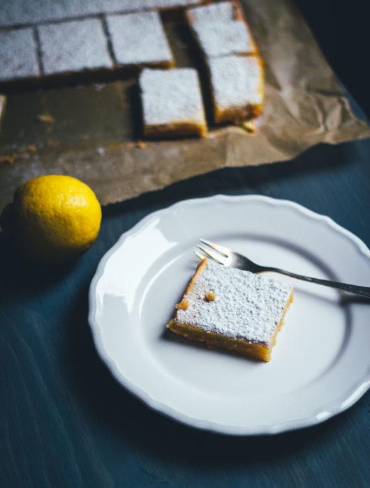 Saftige Zitronenschnitten oder auch Lemon Square Bars passen hervorragend ins Frühjahr. Ein einfacher Mürbeteigboden, dazu eine süß-säuerliche Zitronenfüllung. So lecker und einfach umzusetzen und perfekt für Ostern und fürs Frühjahr! | moeyskitchen.com