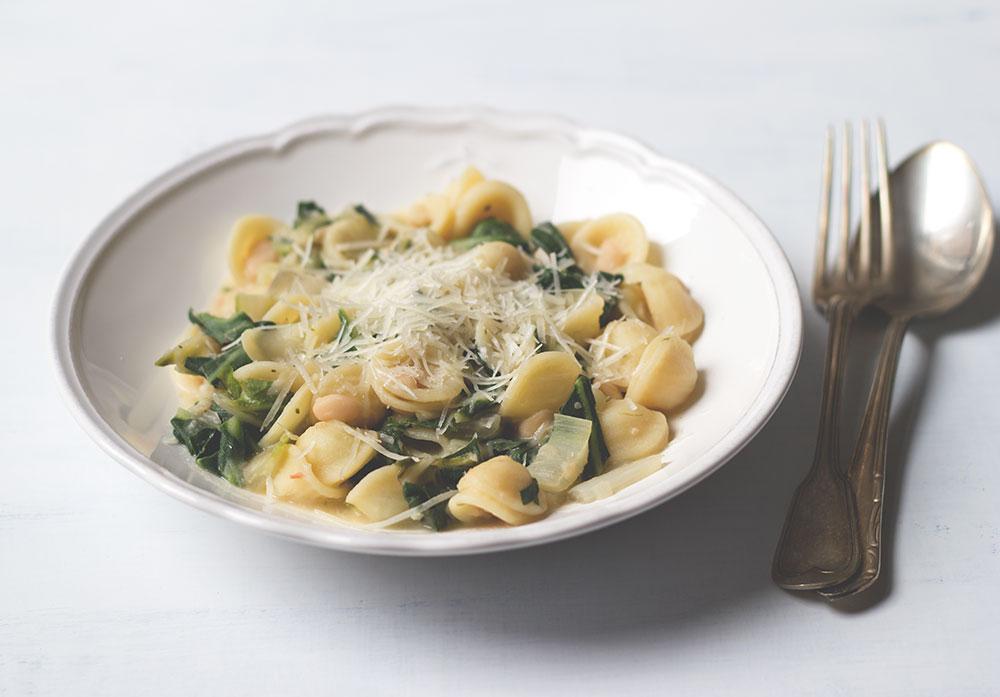 Rezept für leckere Winterpasta: Orecchiette mit Mangold und weißen Bohnen von moeyskitchen.com