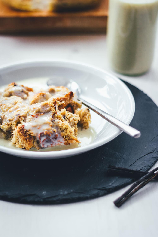 Brotpudding ist ein süßer Auflauf und die perfekte Resteverwertung für Hefegebäck. Serviert mit warmer Vanillesauce ein süßes Frühstück für den Osterbrunch oder das Sonntagsfrühstück für die ganze Familie. | moeyskitchen.com