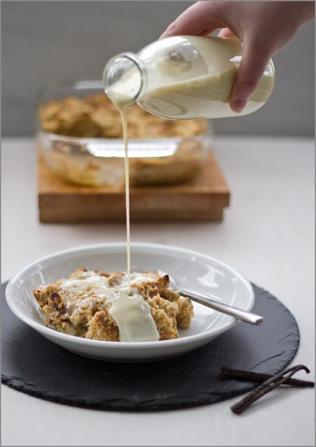 Rezept für das perfekte Sonntagsfrühstück: Brotpudding aus dem Ofen mit warmer Vanillesauce