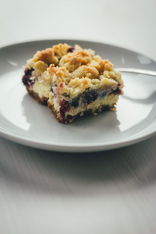 Rezept für saftigen Blaubeer-Cheesecake mit buttrigen Streuseln | amerikanischer Käsekuchen mit frischen Blaubeeren | moeyskitchen.com #cheesecake #käsekuchen #blaubeeren #heidelbeeren #blueberries #streuselkuchen #streusel #rezepte #foodblogger