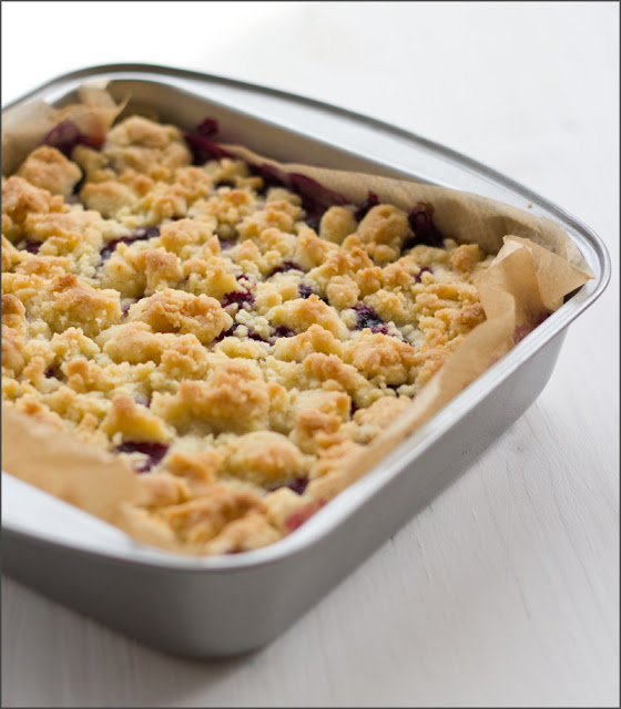 Rezept für cremigen Cheesecake mit frischen Blaubeeren und knusprigen Streuseln