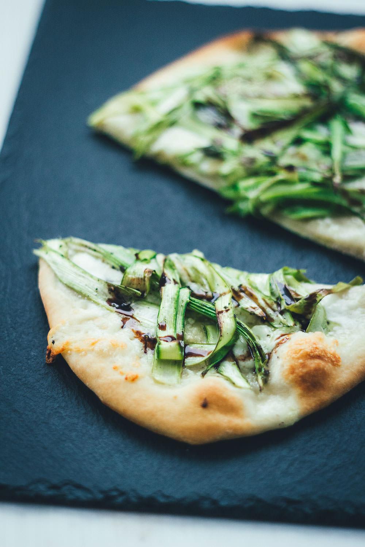 Rezept für leckere Pizza Bianca (weiße Pizza ohne Tomatensauce) mit Büffelmozzarella, Knoblauch und grünem Spargel | moeyskitchen.com #spargel #pizza #pizzabianca #spargelpizza #spargelsaison #rezepte #foodblogger #mozzarella
