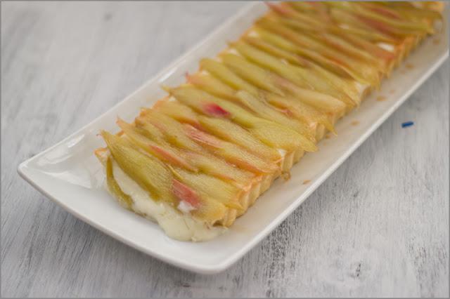 Rezept für Knusprige Tarte mit Crème Pâtissière und karamellisiertem Rhabarber