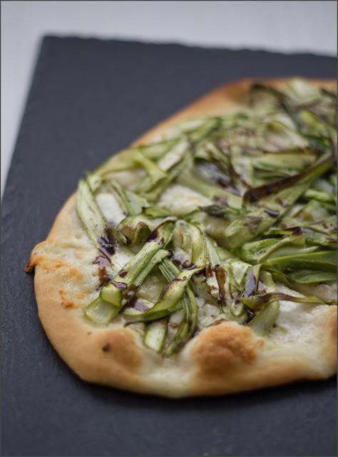 Rezept für leckere weiße Pizza mit grünem Spargel, Büffelmozzarella und Knoblauch
