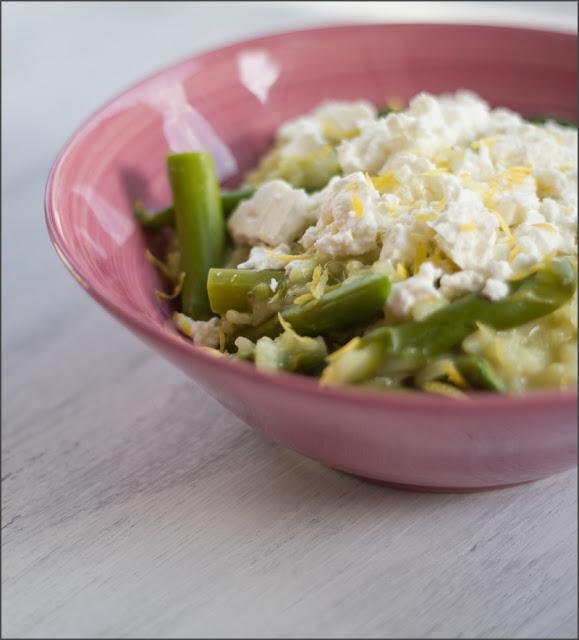 Schnelles, vegetarisches Rezept für Risotto aus dem Ofen mit grünem Spargel und Feta