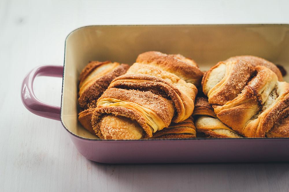 Rezept für knusprige Franzbrötchen | Originalrezept mit Plunderteig wie vom Hamburger Bäcker | zum Frühstück oder Kaffee und Kuchen in der klassischen Variante mit Zimt und Zucker | moeyskitchen.com #franzbrötchen #gebäck #hefeteig #plunderteig #teilchen #backen #frühstück