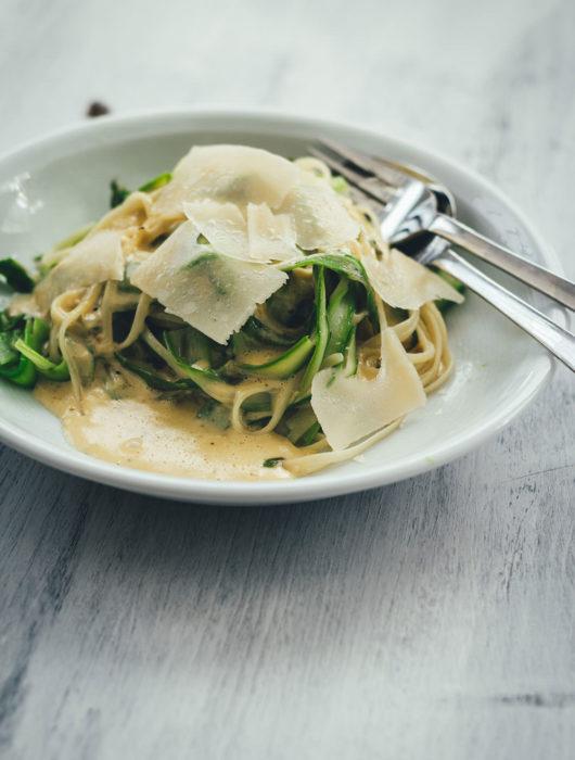 Rezept für Linguine mit grünem Spargel und Parmesansauce | vegetarische Rezeptidee für die schnelle Feierabendküche in der Spargelzeit | moeyskitchen.com #spargel #linguine #parmesan #pasta #rezept #foodblogger #grünerspargel