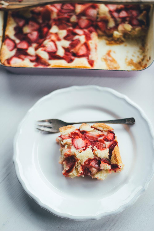 Rezept für Ruck-zuck-Erdbeerkuchen | saftiger Erdbeer-Kuchen - schnell und einfach zubereitet | moeyskitchen.com #erdbeeren #kuchen #erdbeerkuchen #backen #foodblogger #rezepte