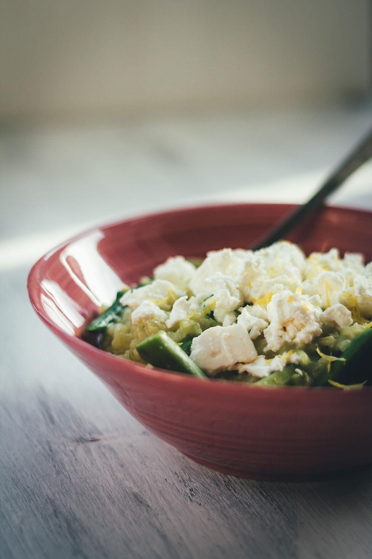Rezept für Ofenrisotto mit grünem Spargel und Feta | blitzschnell im Ofen zubereitet, ohne lästiges Rühren | moeyskitchen.com #risotto #ofenrisotto #spargel #grünerspargel #feta #vegetarisch #veggie #foodblogger #rezepte